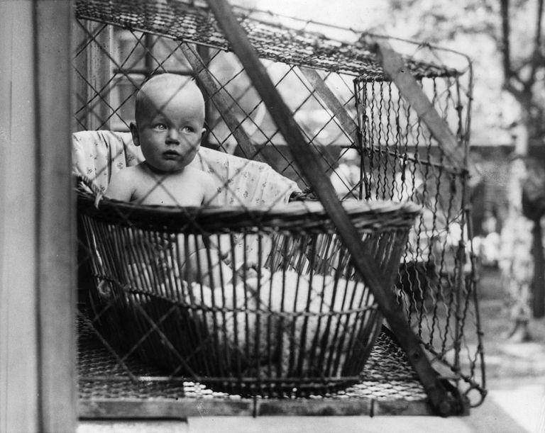 Las jaulas para bebés, un curioso invento para cuidar la salud de los más pequeños